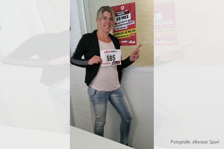 Eerste deelnemers hardloopevenement in Oudorp halen startnummer op