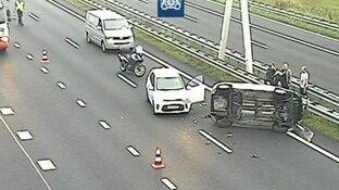 Twee rijstroken dicht op A9 door auto op zijn kant: een uur vertraging