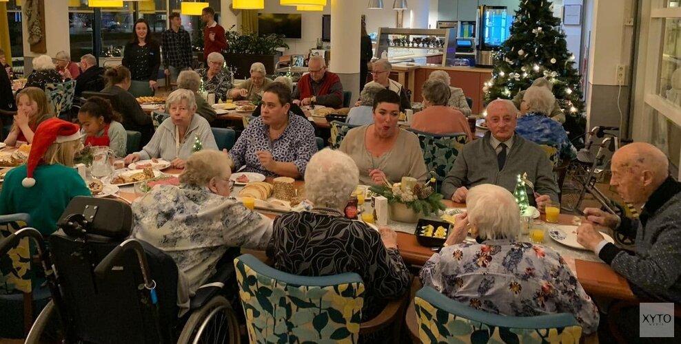 AH trakteert Pieter Raat-senioren op kerstmaaltijd