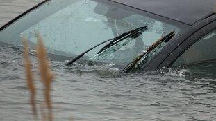 Vrouw met auto te water