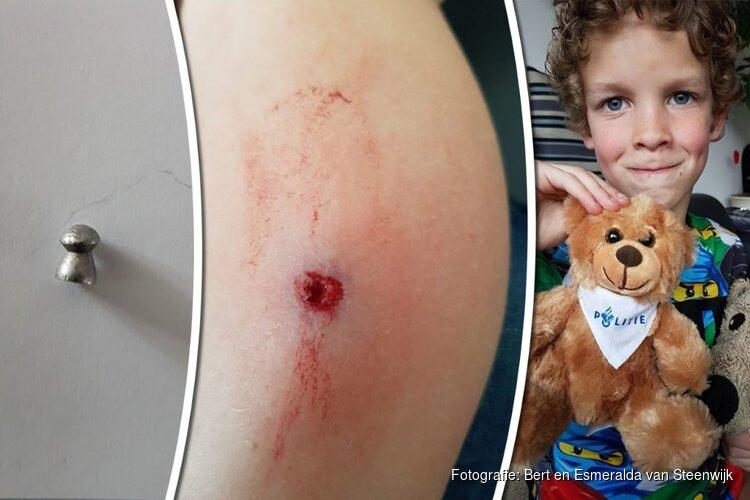 Djulian (7) beschoten tijdens het voetballen