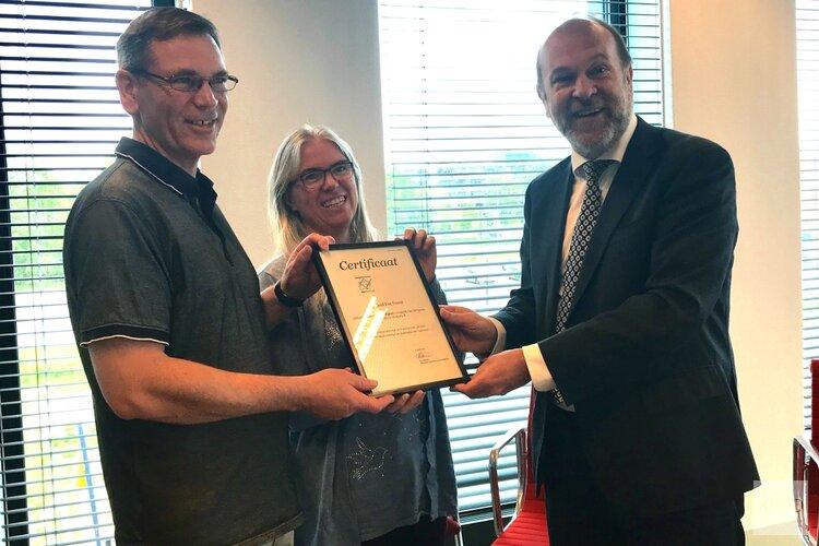 Burgemeester Blase reikt certificaat Rijleskeurmerk uit aan Rijschool Van Voorst