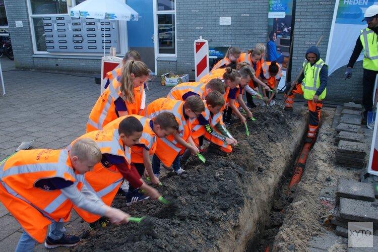 Directeur OBS De Hasselbraam zet eerste schop in de grond voor aanleg glasvezelnetwerk