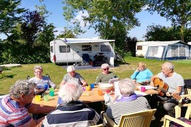 Senioren beleven Gouden Dagen op de camping en het terras