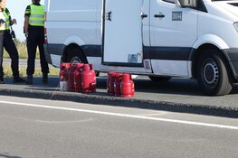Gasflessen vallen uit auto