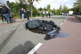 Scooterrijder schiet opeens de weg op