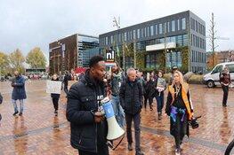 Actievoerders tegen Zwarte Piet dringen gemeentehuis Heerhugowaard binnen