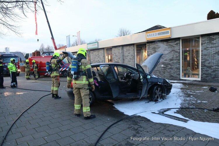Auto spontaan in brand op Middenweg