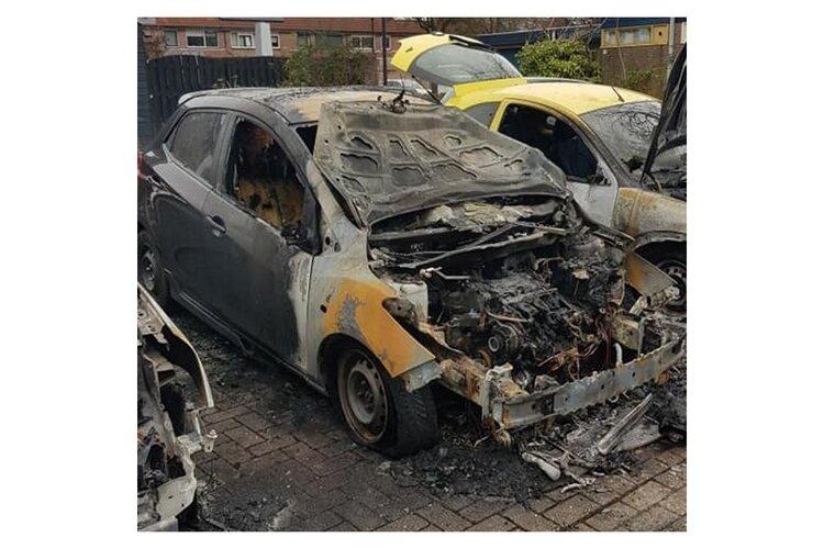 Drie auto's in brand