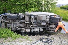 Vrachtwagen op zijn kant in de sloot langs Veenhuizerweg