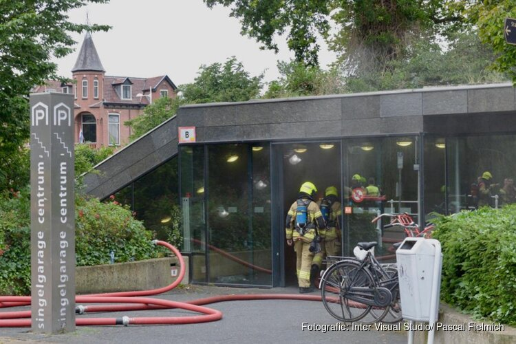 Blussen van brand in ondergrondse parkeergarage Alkmaar gaat nog uren duren