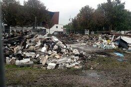 Verwoestende brand legt voormalig restaurant in de as, puinresten bij daglicht goed zichtbaar