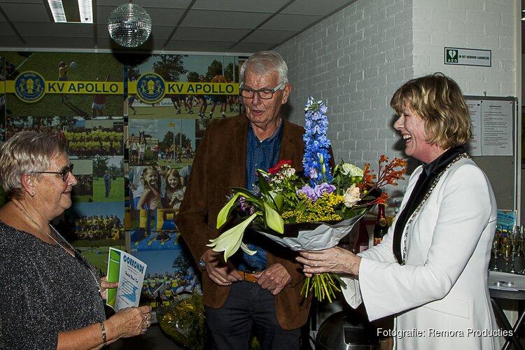 Henk Kort en Arnold Hesterman ontvangen de zilveren reiger van de gemeente Heerhugowaard